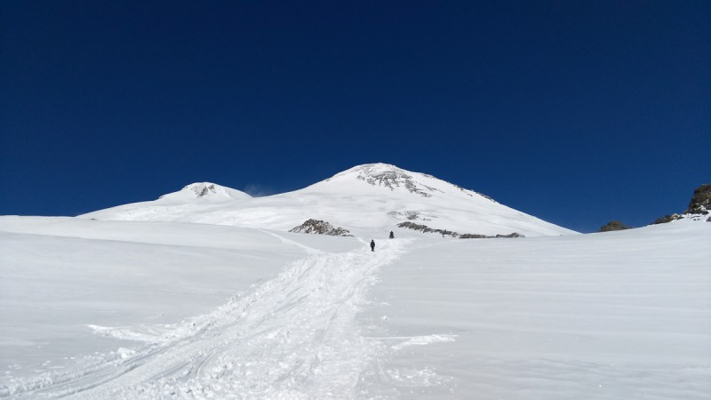 Понимаю, что готов и хочу попасть выше. Читая мои мысли подъезжает местный парень на снегоходе. Едем до Приюта 11? Конечно, да!