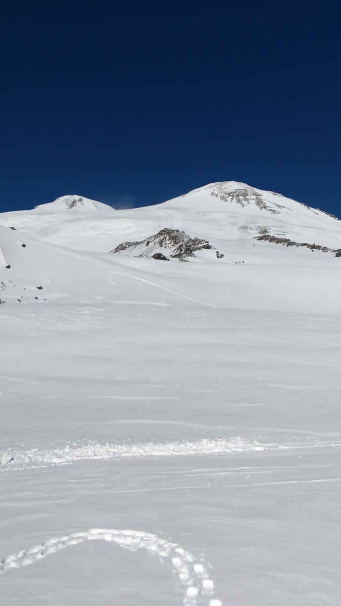 Смотрю на вершины. Кажется, что они совсем рядом и до них можно прям сейчас дойти. Но это не так. Высота Эльбруса 5642 метра. И без подготовки и снаряжения.....
