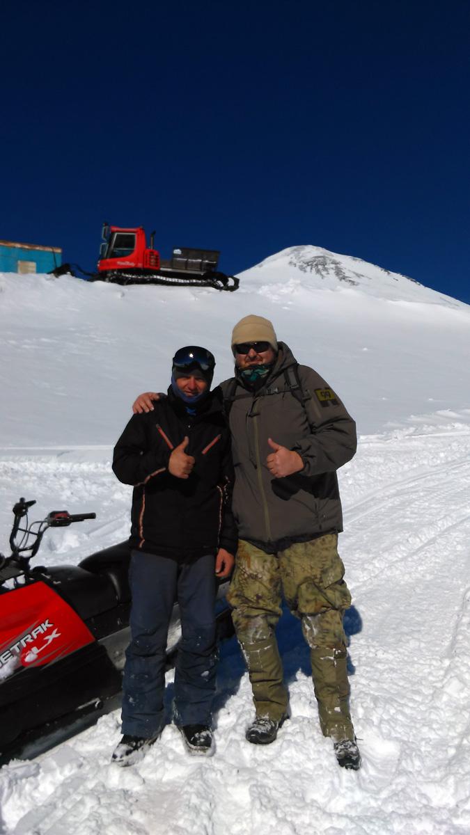 А потом, вот этот самоубийца слева от меня помчал снегоход на максимальной скорости. Половину пути до канатки я не столько ехал, сколько летел параллельно выше снегохода. Чуть необдреналинился! )) Пожалуй, это было самое экстремальное приключение за все дни в Приэльбрусье. Класс!!!