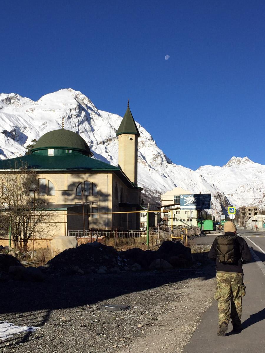 Мечеть в Терсколе назвали именем имама Зулькарная Тилова. Построена в 2015 году. Напротив нее поворот направо...