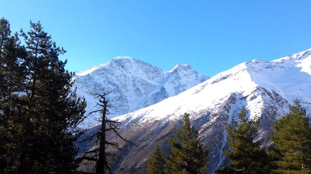 На заднем плане виден ледник Семерка, справа гора Чегет.
