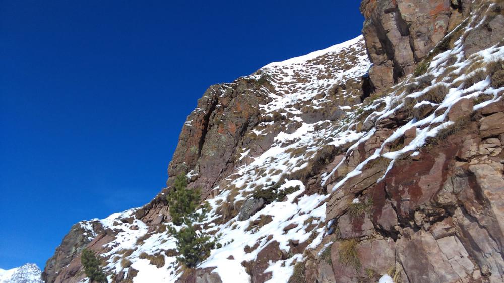 Солнце припекает все сильнее. Снег скатывается со скал вниз вместе с камушками постоянно.