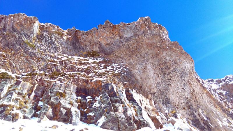 Снова причудливые скалы, застывшие и потрескавшиеся выходы лавы.