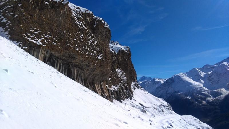 Оставив восхождение к Обсерватории на следующий раз, начинаем спуск. Снова красивые лавинные выходы.