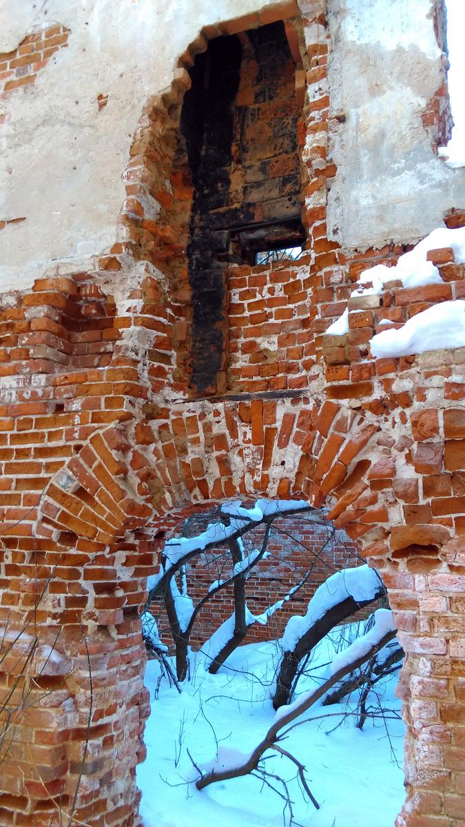 Судя по закопченным кирпичам, это встроенная в стену труба камина или печи.