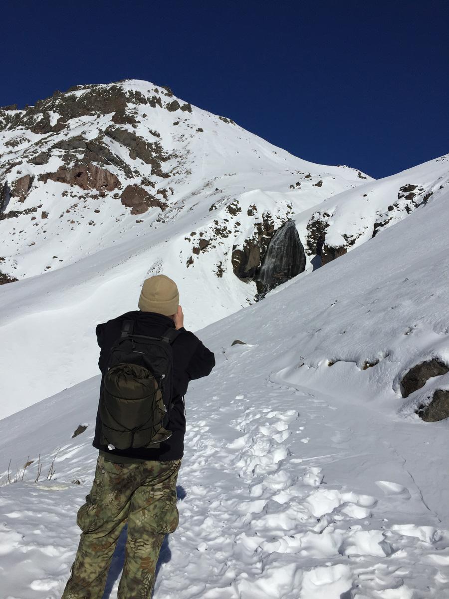 Но подойти к нему вплотную не рискую. До него еще метров 150-200. А узкая тропинка спряталась под снегом. Судя по следам, остальные туристы, бывшие тут накануне, тоже не решились. Делаю фото водопада.