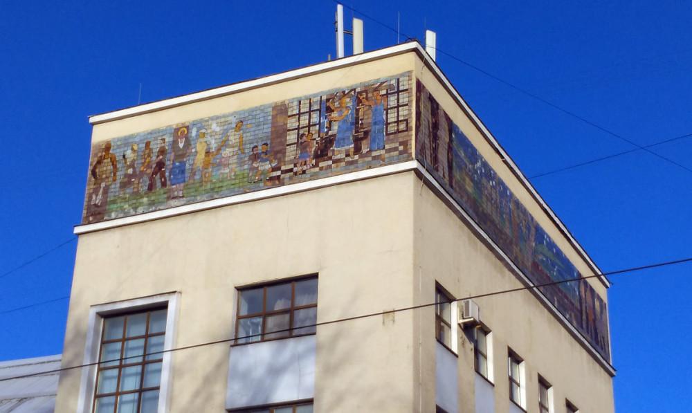 Тем более, что с модерном Бани роднит два крупных керамических фриза, созданные по авторским эскизам художников А.Траскунова, В.Ковальского, Р.Мурановской и В.Боркина.