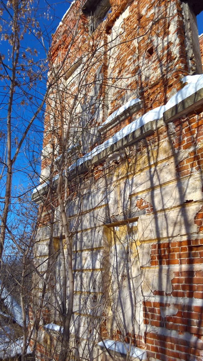 Продолжаю осматривать основное здание снаружи. Кое-где еще сохранилась внешняя отделка.