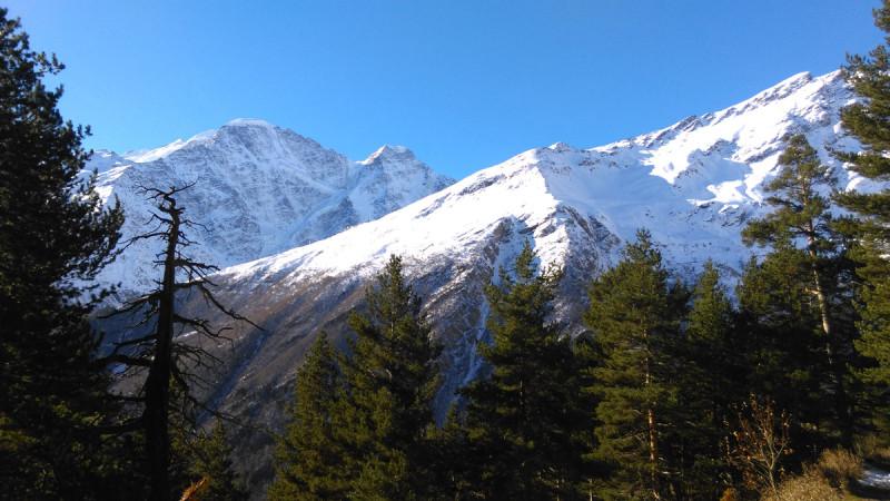 28 октября 2018. Вид на ледник Семерка и гору Чегет со склона горы Пик Терскол.