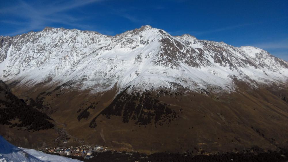 Гора Итколбаши 3531 метр над уровнем моря. Хребет Тегенекли является восточным отрогом Эльбруса.