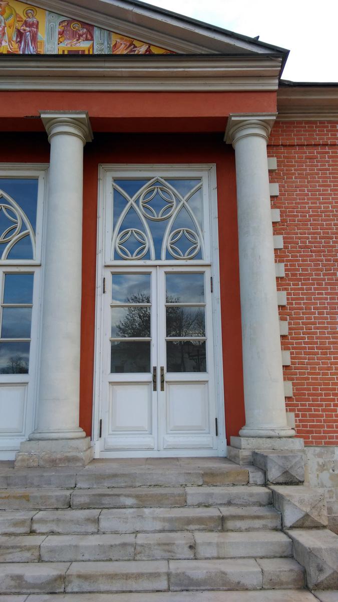 Мне нравится сочетание красного кирпича и белого камня. И так же люблю готический стиль, одновременно строгий и нарядный.