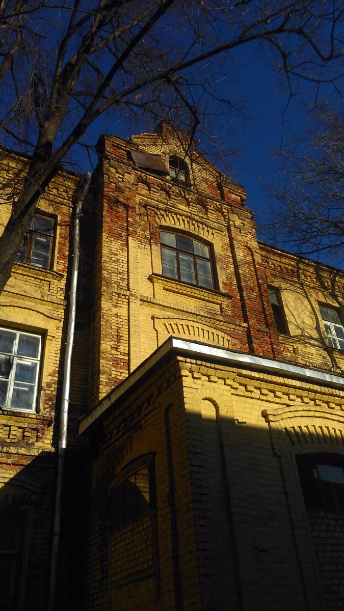 Трёхэтажный кирпичный жилой дом преимущественно с коммунальными квартирами. Построен в 1903 году. Часть жилого квартала бывшей ситценабивной фабрики. Даниловский район Москвы.