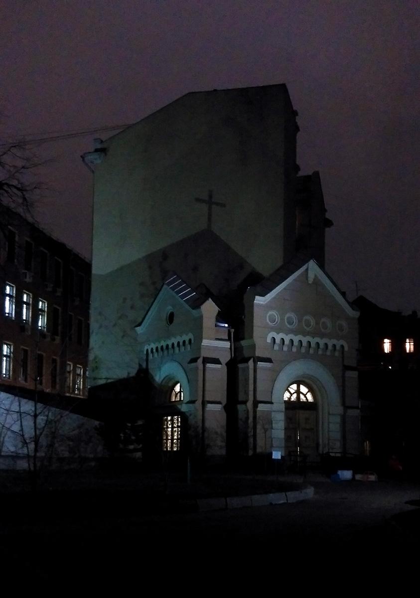 Этим же вечером, чуть позже. Капелла при Соборе свв. Петра и Павла. Очень понравилось, как тень от Капеллы легла на соседнее здание...