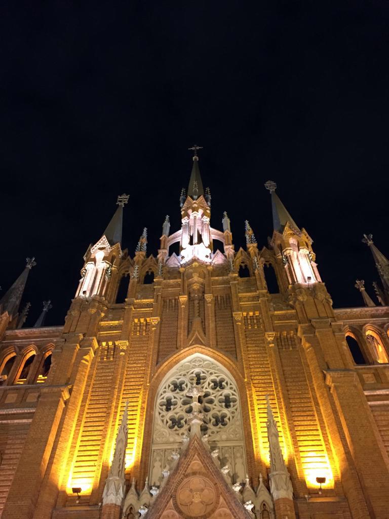 Кафедральный собор Непорочного Зачатия Пресвятой Девы Марии вечером...