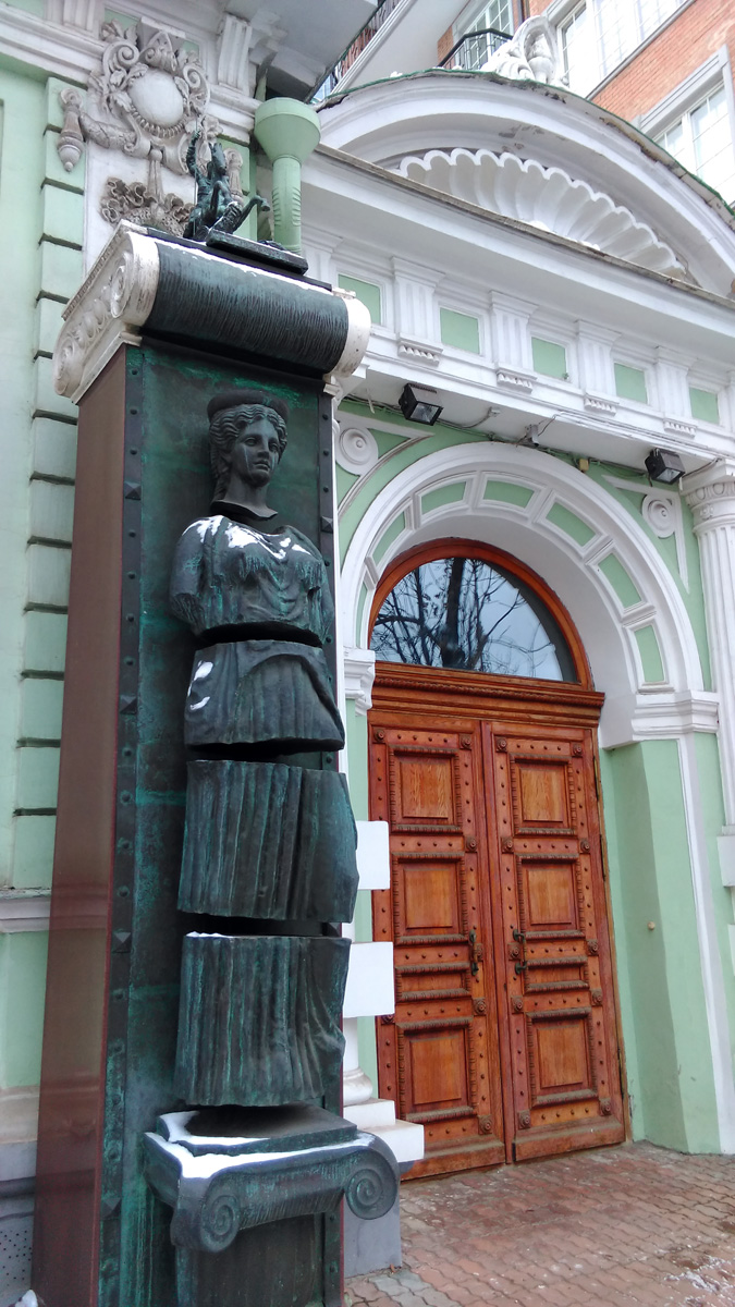 Нарезка у Особняка Горбуновых, а ныне мастерская скульптора, как вы уже догадались, З.К. Церетели.