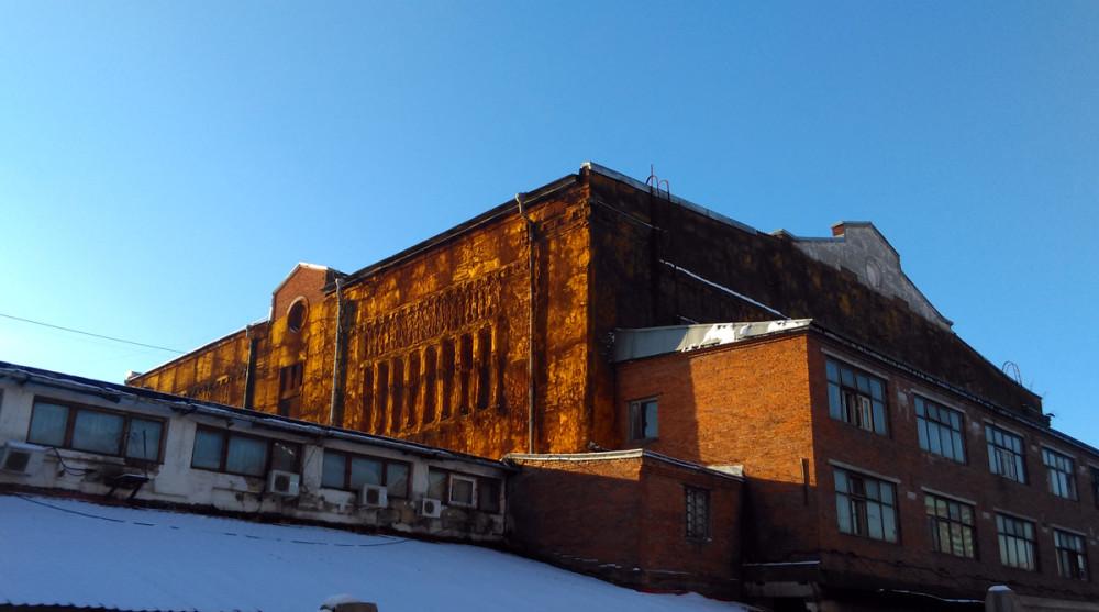Старое промышленное здание оригинальной архитектуры – бывший Хладокомбинат № 3. Стены покрыты специальным теплоизолирующим составом, типа монтажной пены, прямо поверх кирпичных узоров.
