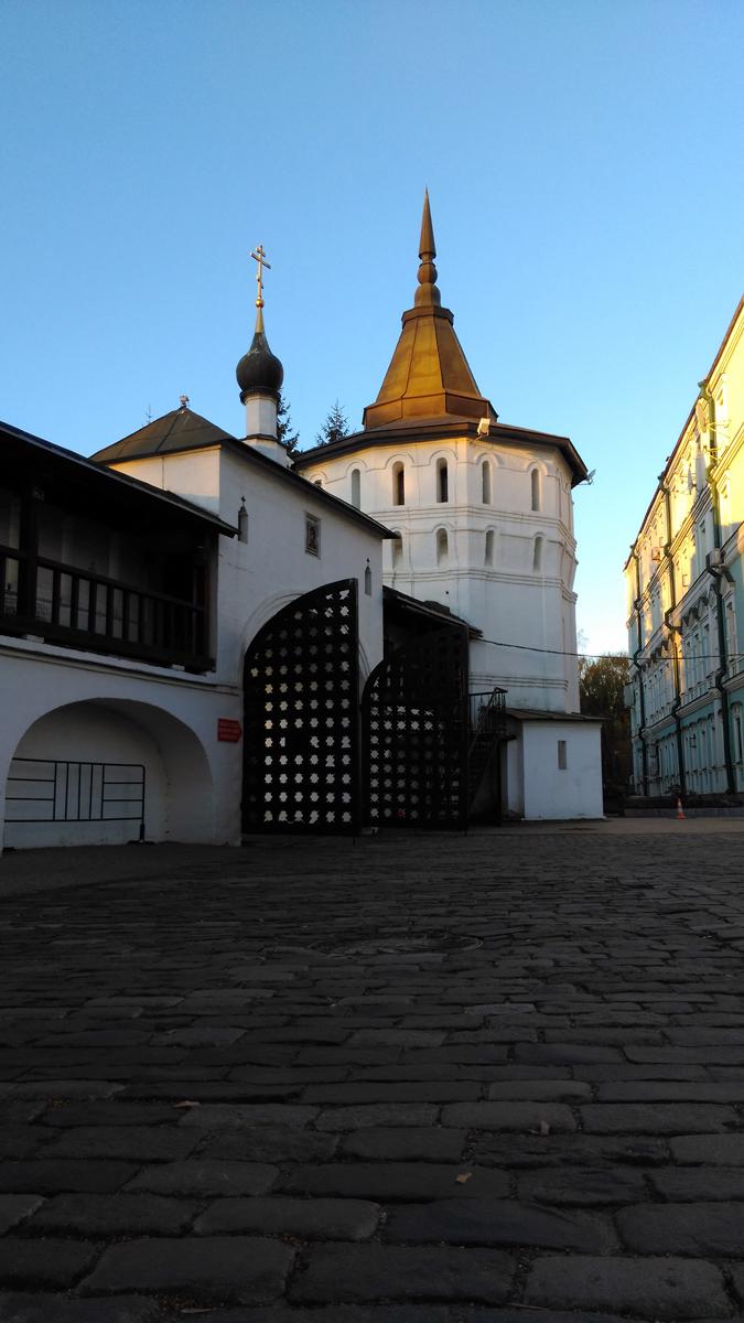 Георгиевская башня Данилова монастыря и южный вход на территорию.