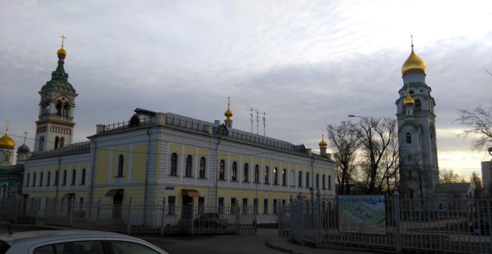Дом причта. Каменное двухэтажное здание, примыкающее к колокольне церкви Николая Чудотворца, построено в 1820-х годах, перестроено в 1880-е годы.