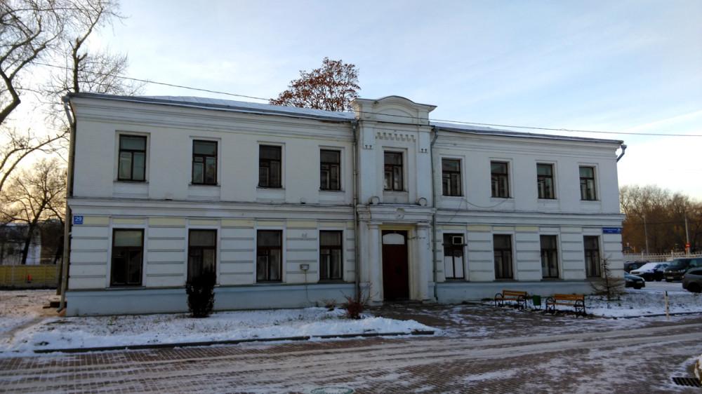 На первом этаже находились гардеробная, сени, зал ожидания и аптека. На втором – лечебные палаты и процедурные. В советское время здесь размещалась стоматологическая поликлиника.