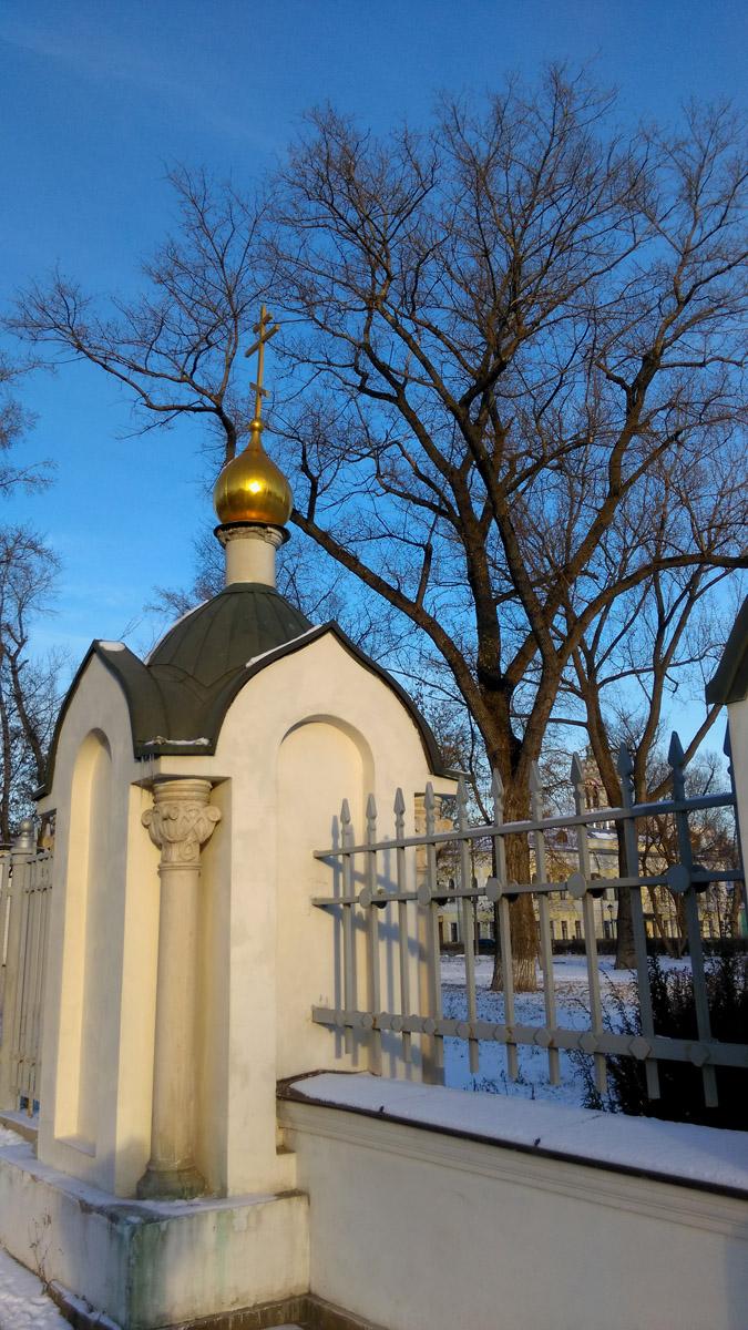 Это же дерево на заднем плане, и ограда территории Рогожской Слободы.