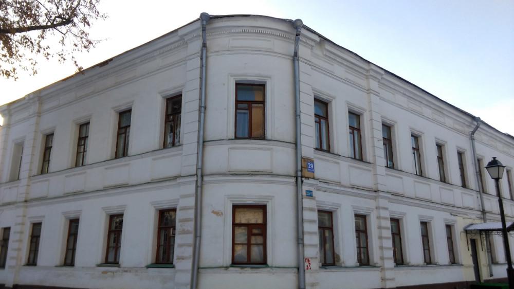 Певчие палаты. Первоначальное здание построено в 1820-е годы. Перестроено в 1860–1880-е годы и в 1913 году. Здесь размещались квартиры для семей певчих и священства числом до двадцати семей. Возвращено Церкви в 1997 году. В настоящее время – библиотека Рогожской общины.