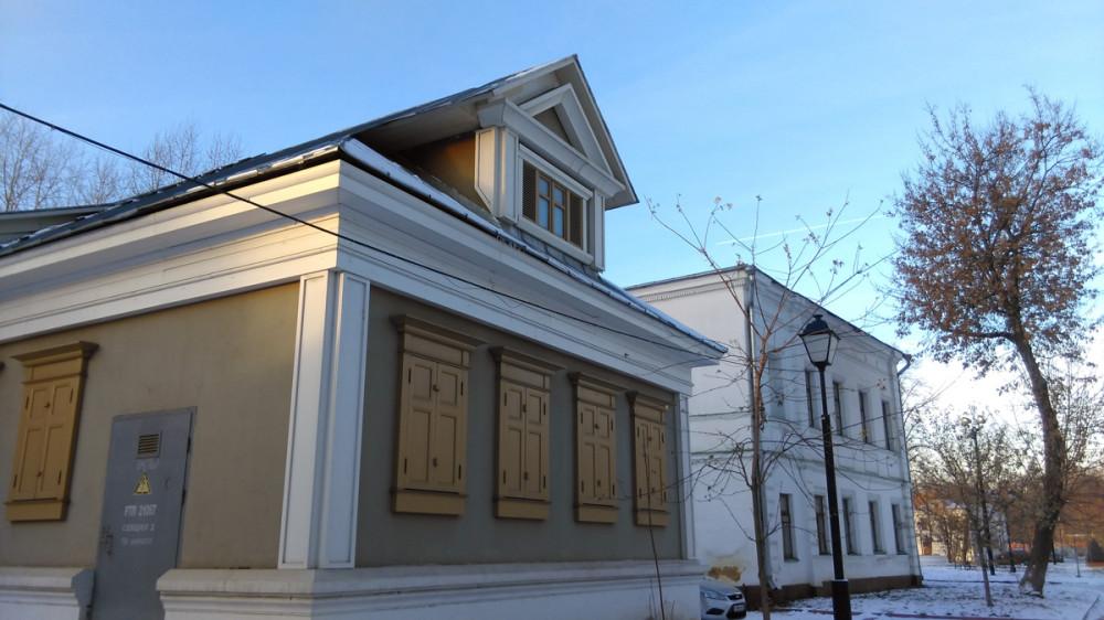 Трансформаторная подстанция стилизованная под старинное строение. На схеме обозначена, как Дом Акимова.
