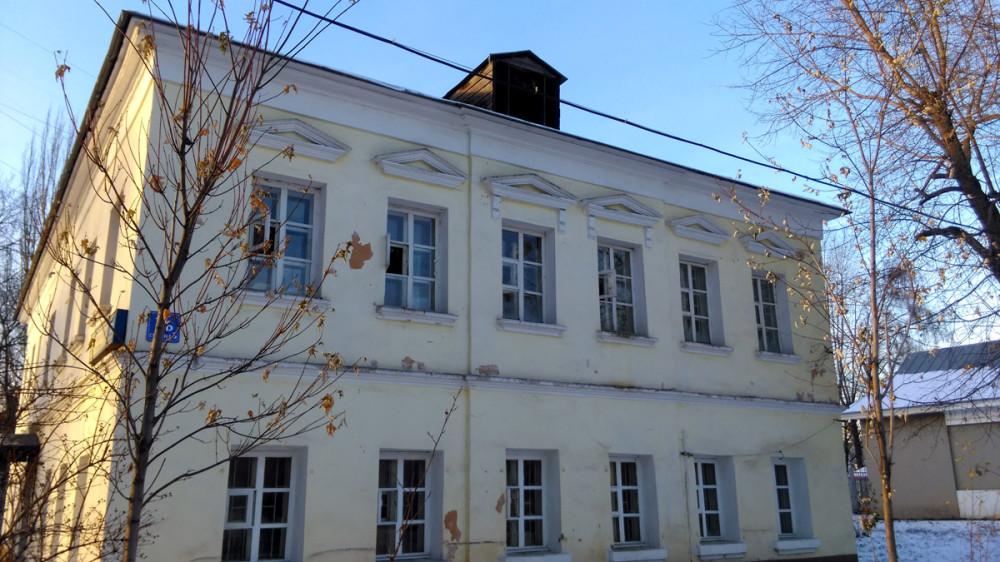 Дом мещанина Торбеева. «Особый дом» при Рогожском богадельном доме. Построен в середине ХIХ века. В настоящее время здесь располагаются различные службы Митрополии.