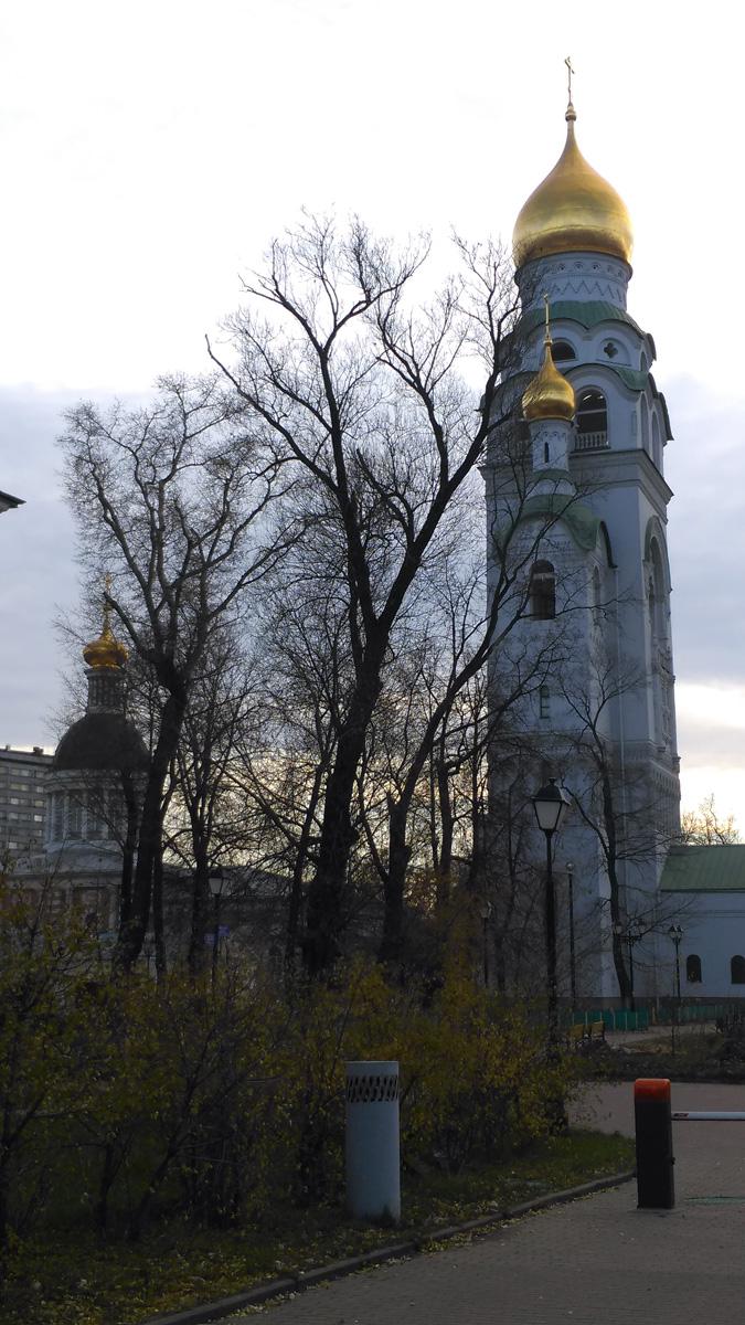 Храм-колокольня Воскресения Христова и деревья...