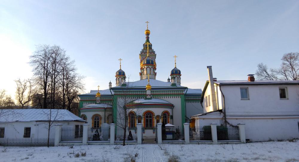 Храм Святителя Николая Мирликийского и дом причта.