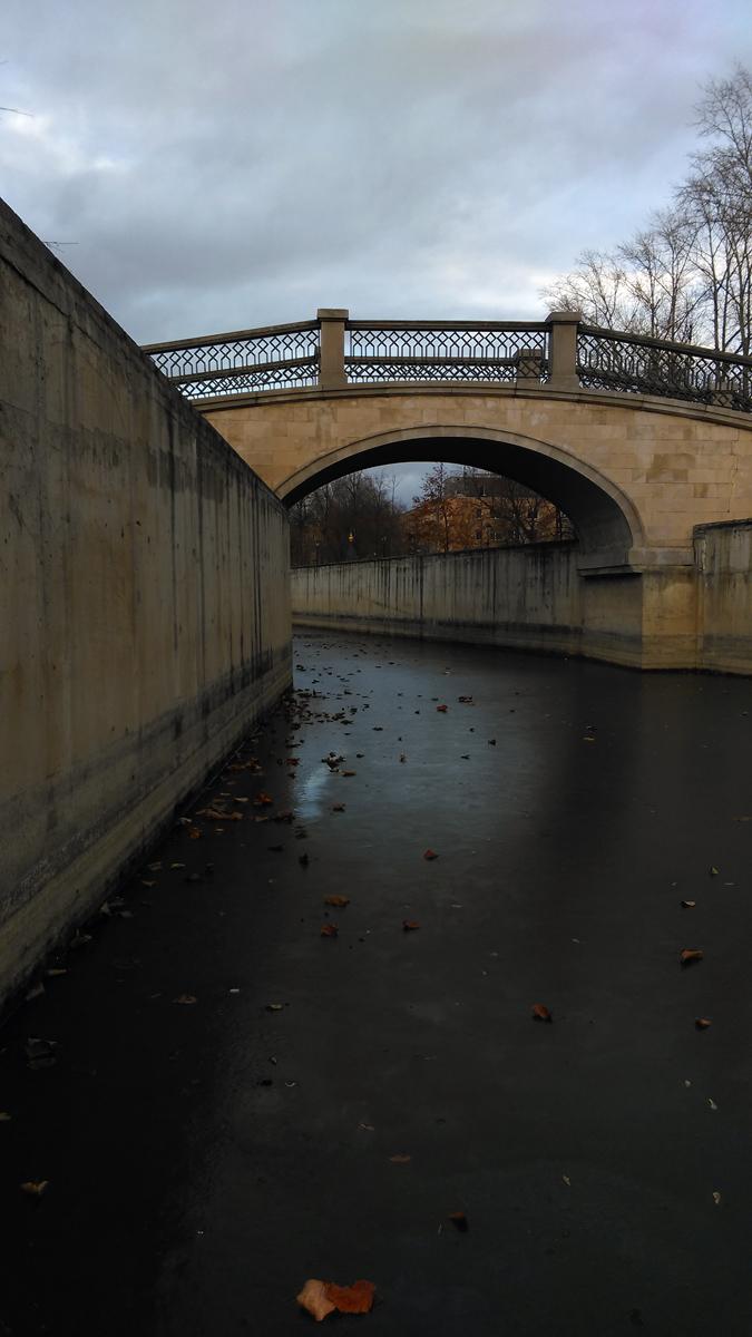 Теперь здесь снова пруды и пешеходные мостики.