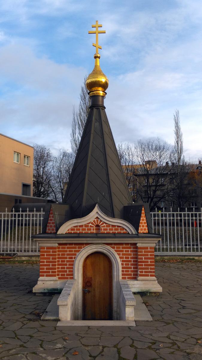 На восток за Иорданью над колодцем возведена шатровая водосвятная часовня, предназначенная для совершения чина освящения воды. Сооружена в 2012 году.