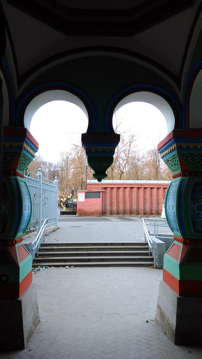 Вид на ворота и ограду Рогожского кладбища.
