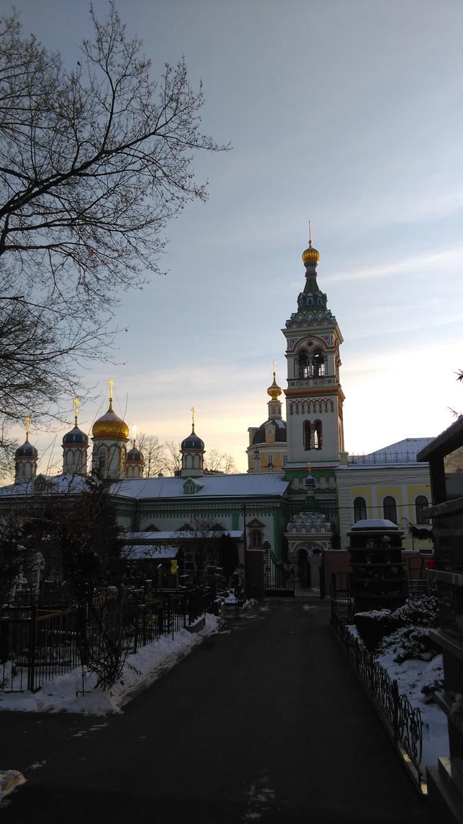 Вид на Никольскую церковь с кладбища.