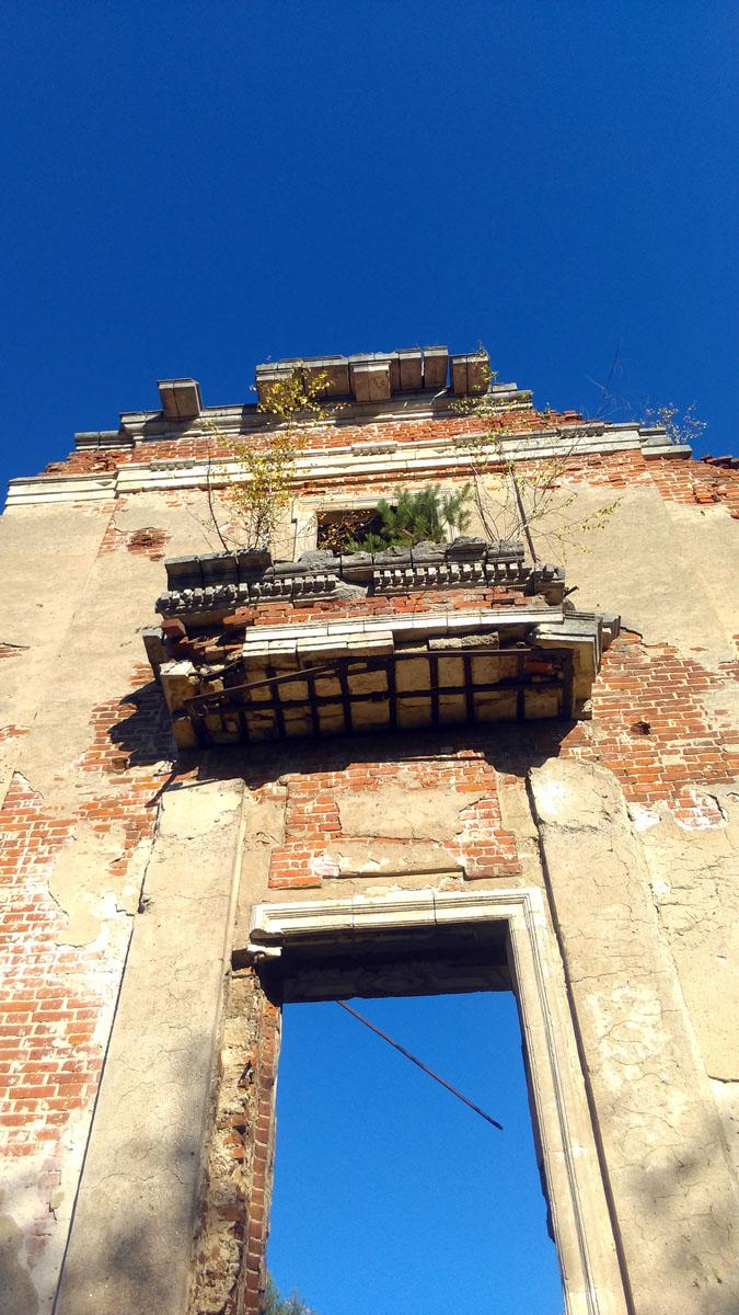 Фото не передают грандиозность дворца. Не смотря на руинированное состояние, здание производит очень сильное впечатление своей монументальностью.