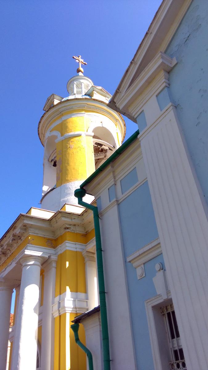 Не знаю в каком году и кто решил окрасить церковь и колокольню в разные цвета. До этого оба здания были белые с зеленой кровлей. И разумеется, выглядели целостно и органично.