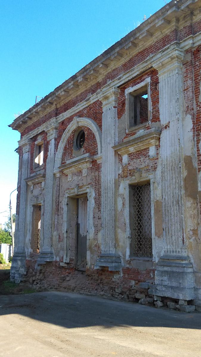 Территория храма огорожена, но ворота открыты.