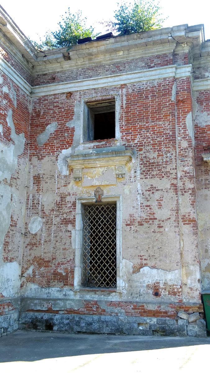 Все-таки, не покрытые современной штукатуркой стены старинных зданий гораздо интереснее разглядывать.
