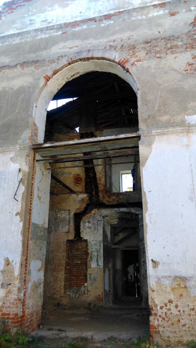 В стене углубление, скорее всего, под систему отопления, судя по копоти.