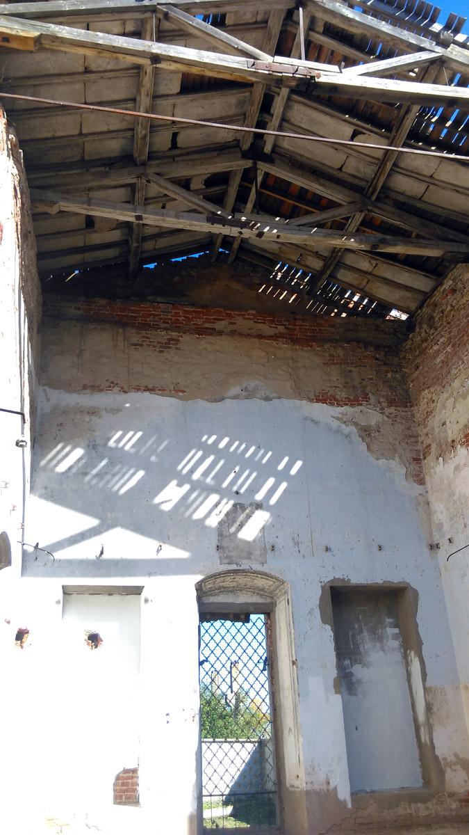 Кое-где сохранилась крыша.