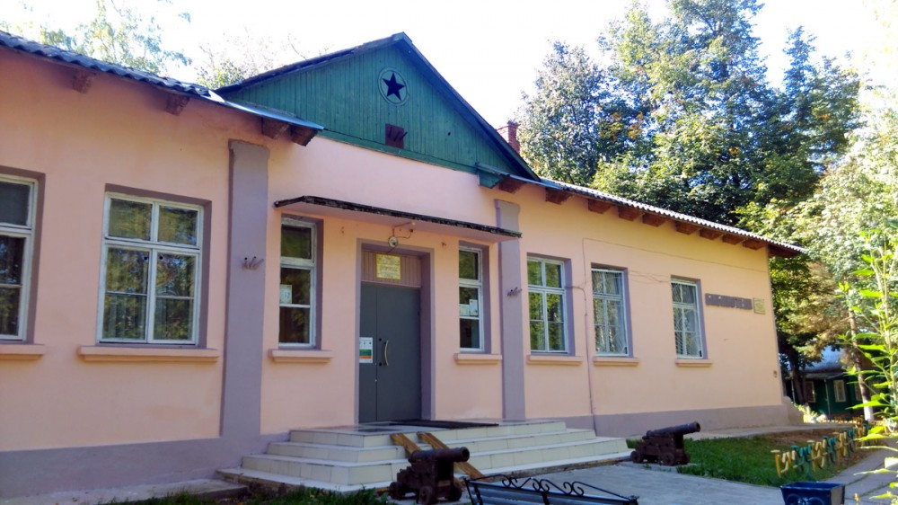 Ныне Дом культуры и библиотека, а раньше одна из хозяйственных построек усадьбы.