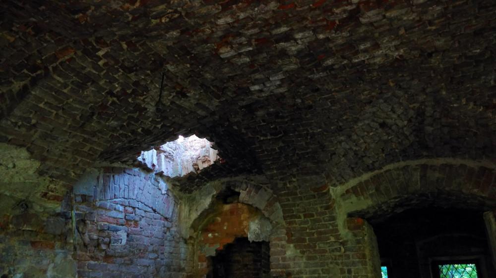 В своде первого этажа дыра и таинственный свет из нее....