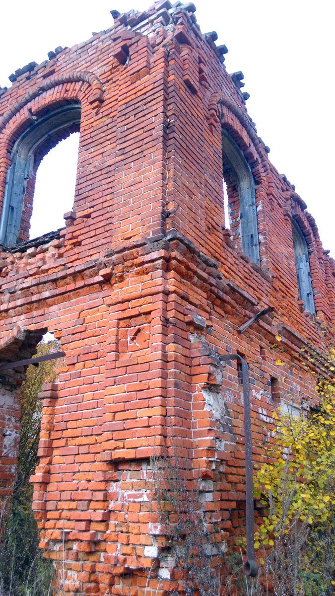 Всегда удивляло, как до сих пор не попилили на металл мощные железные элементы каркаса многочисленных руин старинных построек Подмосковья. В том числе и здесь.