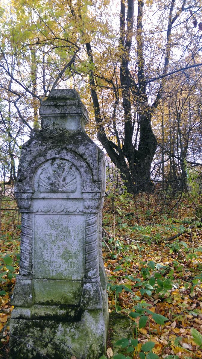 За храмом расположено кладбище. Могилы поближе к храму ухожены. А дальше....