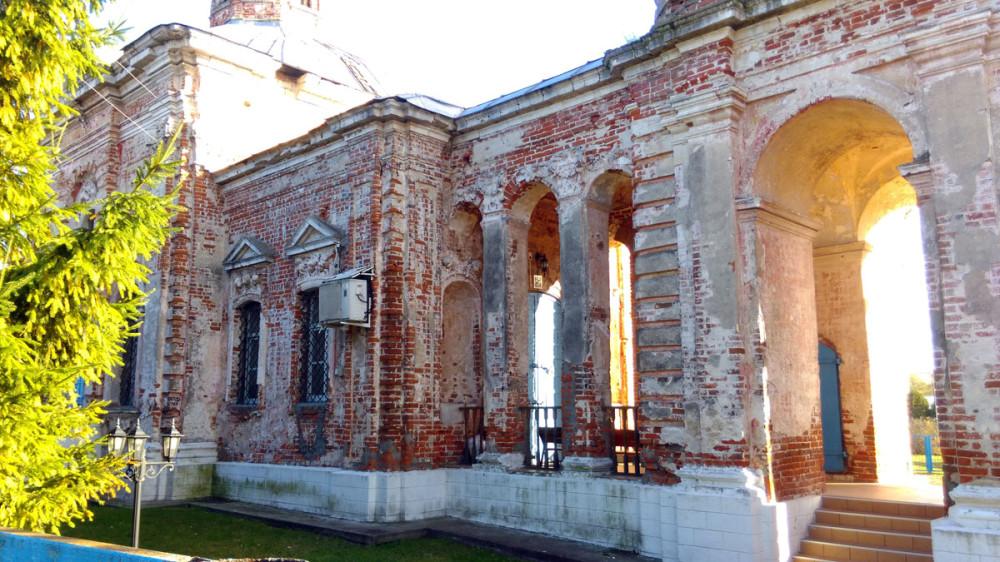 С северной стороны колонны галереи настоящие.