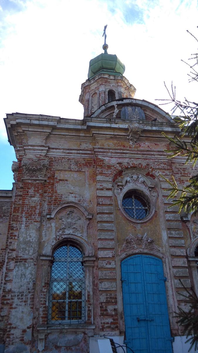 Если предыдущий храм был выполнен в неорусском стиле, то  эта Церковь выстроена в стиле Елизаветинского барокко. Её стены снаружи и внутри щедро украшены лепниной в виде цветов и ангелов.