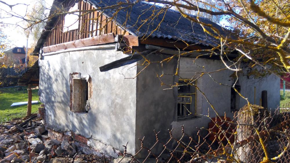 Прямо напротив колокольни еще какой-то домик поменьше.