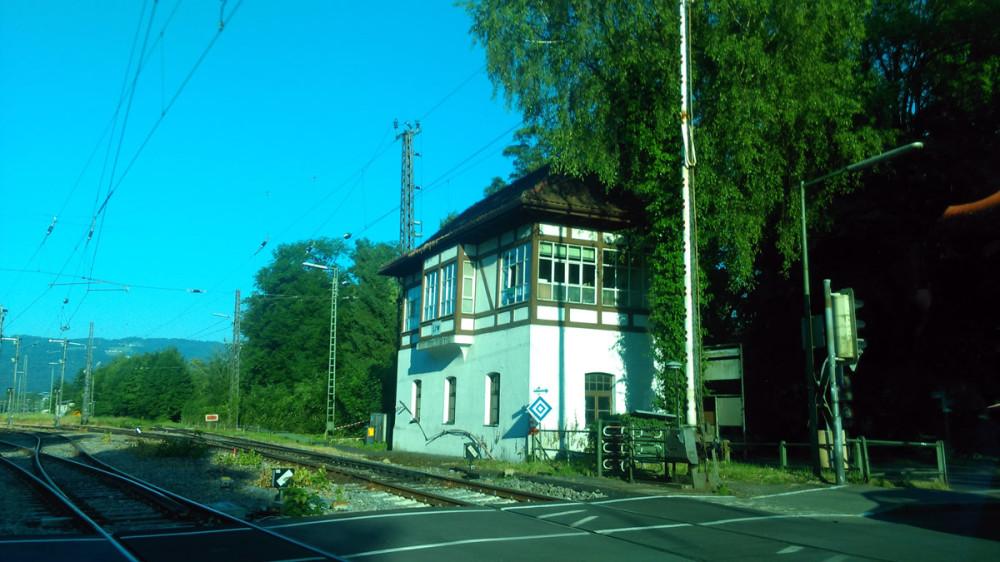 Здание поста переезда через железнодорожные пути.