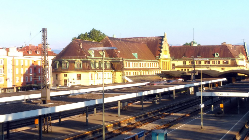 Здания вокзала и платформы. Накануне или в этот день с утра, у нас не хотела заводиться машина и мы добирались до вокзала на такси, а потом на поезде до города Фридрихсхафен.