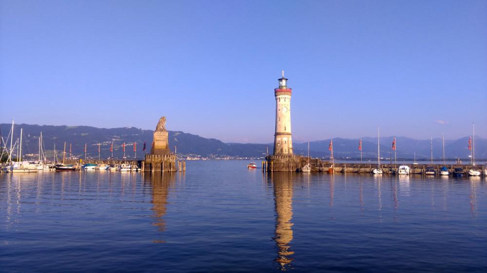 33-метровый Маяк называется Neuer Leuchtturm, что в переводе означает Новый маяк. Он расположен на моле, прикрывающем гавань от волн. Напротив него еще один мол с символом Баварии - Львом. А вместе они образуют ворота в гавань и являются символом острова.