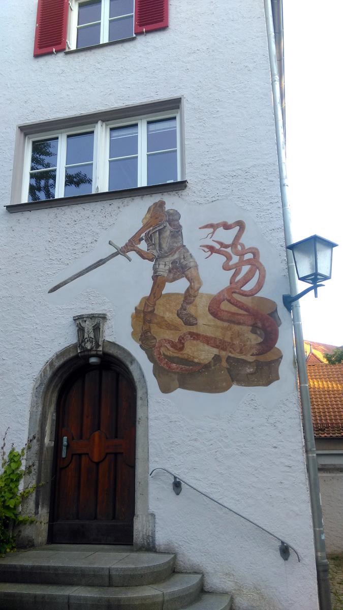 На одном из зданий нарисован сюжет из Легенды о Нибелунгах.